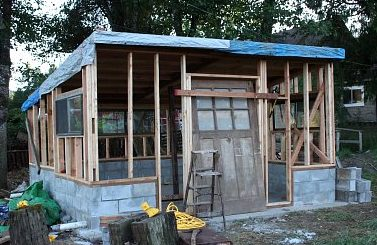 Stationary chicken coop: Baby chick brooder house with concrete floor and pony wall